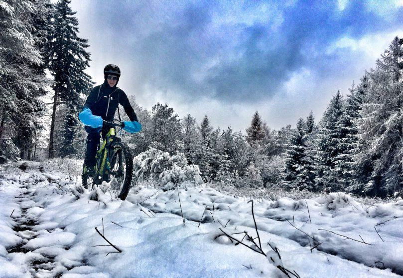 """Testbericht """"Bike-Pogies"""" – E-Mountainbiken im Schnee """"warm"""" gemacht!"""