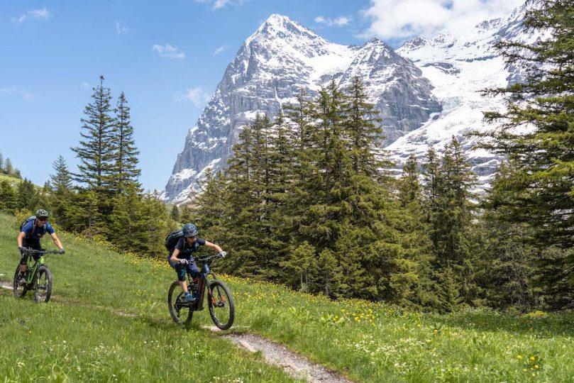 E-Mountainbiken im Angesicht des Dreigestirns Eiger, Mönch und Jungfrau.