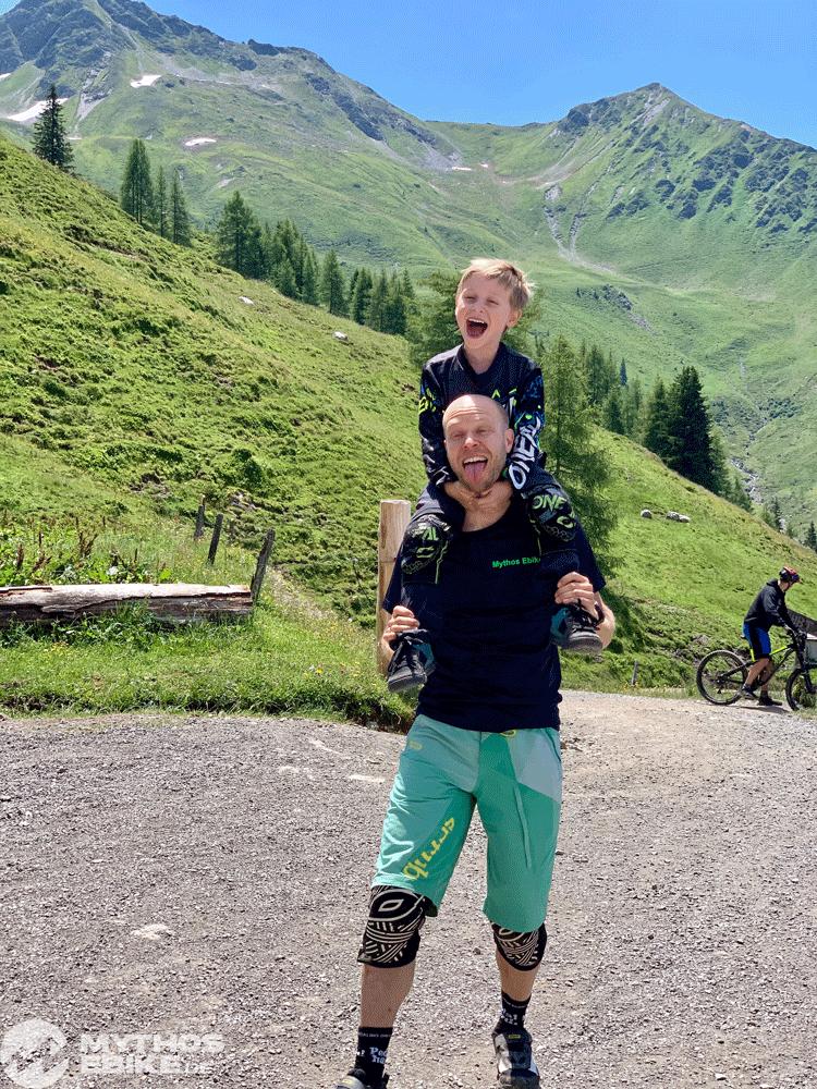 Kinder lachen auf Papas schulter