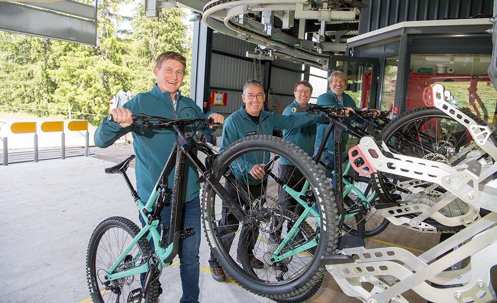 Mitarbeiter beim Einladen von Bikes in den Weisshorn Speed Sessellift im Bikekingdom Lenzerheide