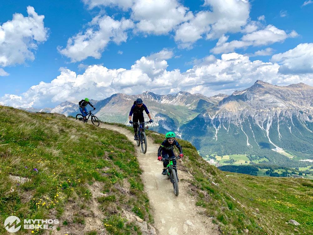 Mountainbike Kind und Gruppe auf dem Trail Top Fopps im Bikekingdom Lenzerheide