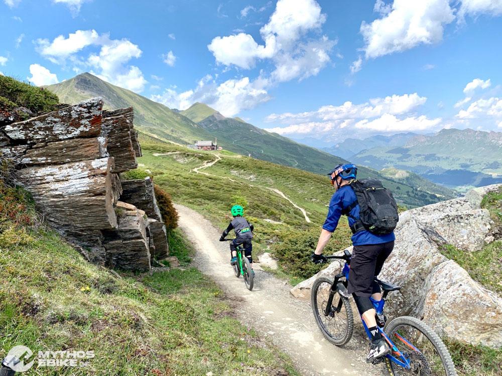 Mountainbike Kind und Mountainbiker auf Trail zur June Hütte