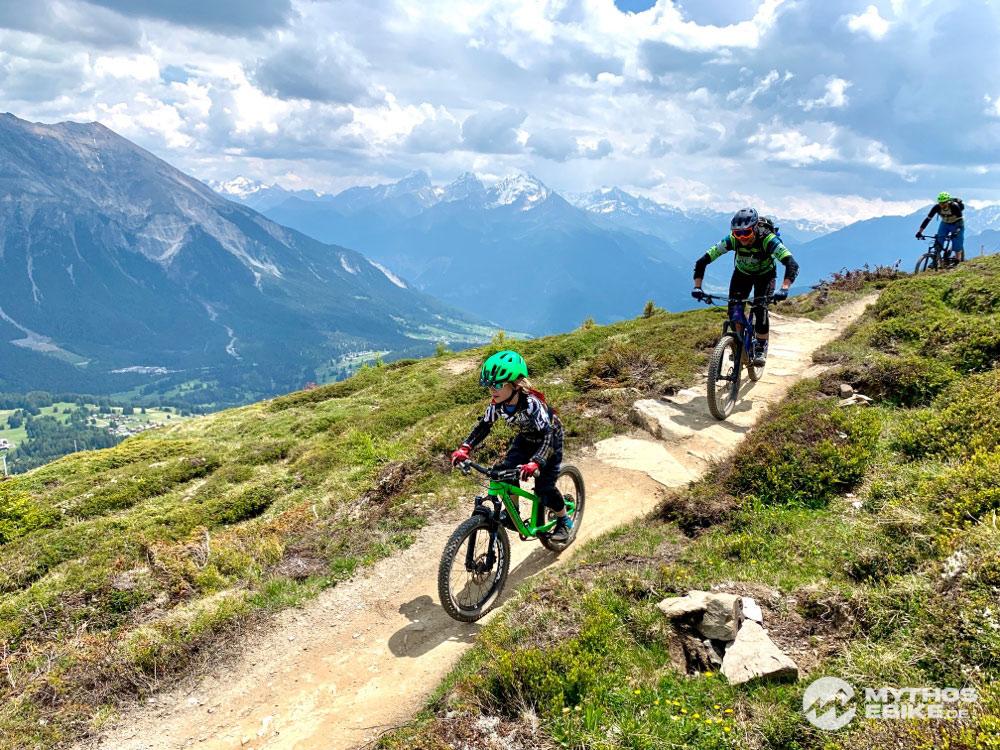 Mountainbiker und Mountainbike Kind auf dem Trail Top Fopps im Bikekingdom Lenzerheide