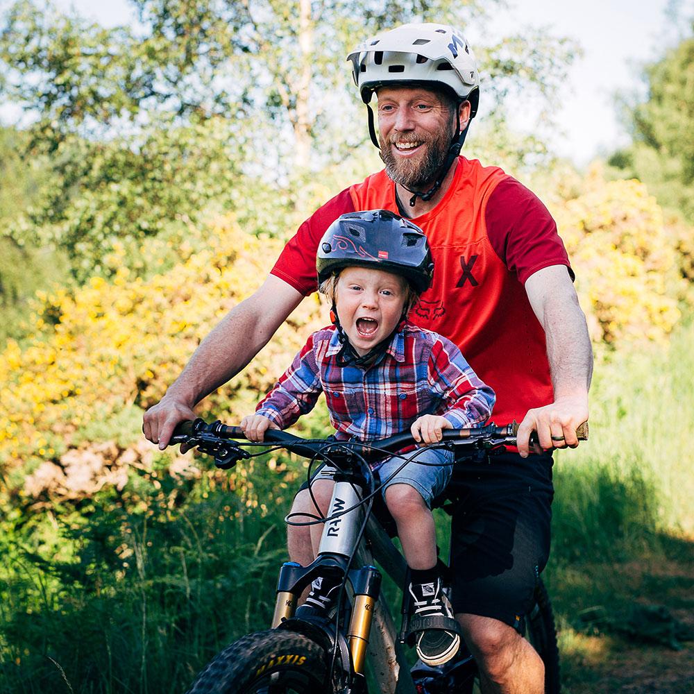Kids Ride Shotgun Shotgun Pro Seat mit Kind und Vater